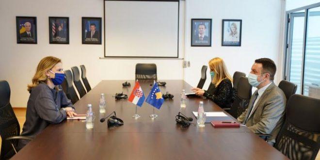 Ministri Selimi e takon ambasadoren e Kroacisë në Kosovë, Danijela Barishiq, bisedojnë për thellimin e bashkëpunimit