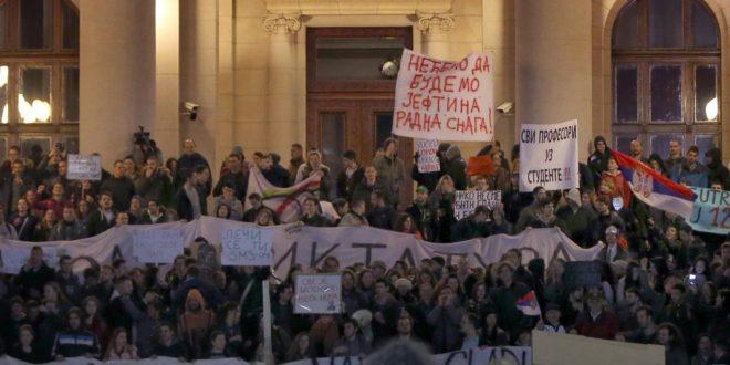 """Në një """"Protestë kundër diktaturës"""" nëpër rrugët e Beogradit, morën pjesë rreth 80.000 qytetarë"""
