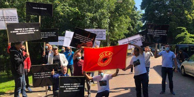 Dhjetëra shqiptarë me pankarta në duar janë mbledhur sot në Hagë për të protestuar Gjykatës Speciale