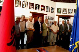 Në ambientet e Shoqatës të të Burgosurve Politikë është hapur ekspozita kushtuar jetës dhe veprës së Adem Demaçit