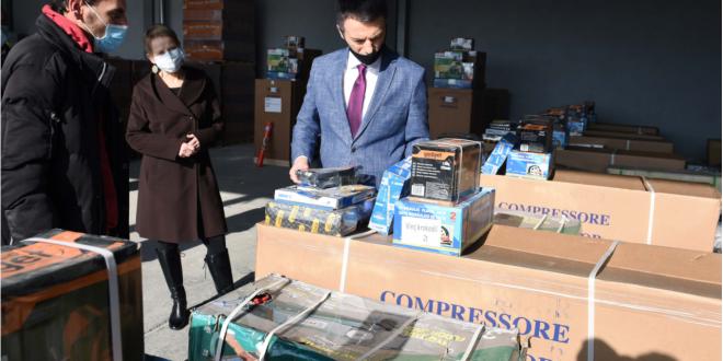 Ministri Reçica me përfaqësuesen e UNDP-së takojnë punëkërkuesit, të cilëve u janë ndarë pajisjet e nevojshme