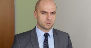 Deputeti serb, Igor Simiq: Vjosa Osmani i ka ndjekur korridoreve të Kuvendit deputetët serbë për t'i siguruar votat