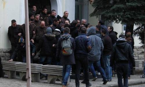 """Përfaqesues të Parlamenti Studentor të Universitetit të Prishtinës """"Hasan Prishtina"""" protestojnë para Rekoratit"""