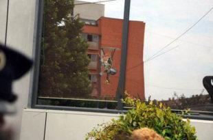 E godasin me gurë ndërtesën e Qeverisë së Kosovës, në Prishtinë