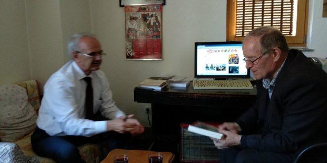 Ahmet Qeriqi: Ilegali i hapjes së dyerve të lirisë, çast me librin: Ilegal viteve shtatëdhjetë, i autorit, Gani Sylaj