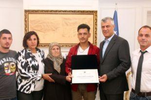 "Kryetari Hashim Thaçi dekoroi dëshmorin Agim Bajramin me urdhrin ""Heroi i Kosovës"""