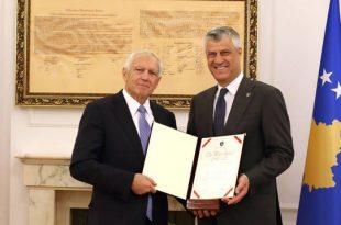 Kryetari, Hashim Thaçi, ka dekoruar me Medaljen Presidenciale Jubilare, gjeneralin amerikan, Wesley Clark