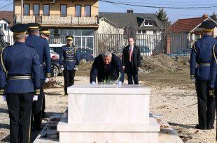 Në 11 vjetorin e Pavarësisë, kryetari Hashim Thaçi ka bërë homazhe te varri i veprimtarit Adem Demaçi