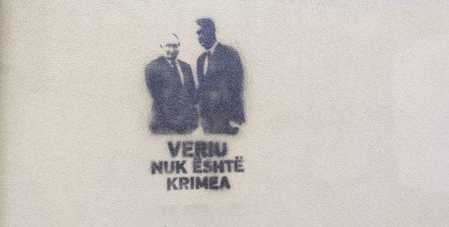 """Në Prishtinë shafen grafite të Hashim Thaçit dhe Vladimir Putinit me mbishkrimin """"Veriu nuk është Krimea"""""""