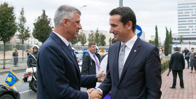 Kryetari Thaçi dhe kryebashkiaku i Tiranës, Erion Veliaj, janë pritur me protesta në Tiranë