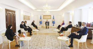 Kryetari Thaçi pret në takim ambasadorët e shteteve të QUNT-it dhe shefen e Zyrës së BE-së në Kosovë