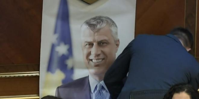 Deputeti i PDK-së, Mërgim Lushtaku e vendos fotografinë e kryetarit Thaçi pas ulëses së kryekuvendares Osmani