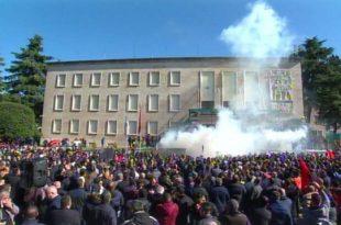 Portestuesit e thirrur nga opozita në Shqipëri e kanë rrethuar Kryeministrinë por edhe kanë hedhur kapsolla e tymësose