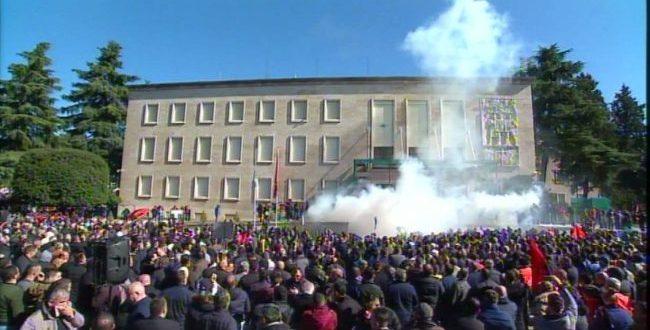Liderët e opozitës në Shqipëri sërish i kanë ftuar qyetarët shqiptarë që të protestojnë sot në Tiranë
