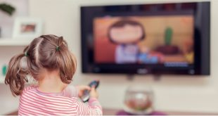 OBSH rekomandon që fëmijët e moshës 2 deri në 4 vjeç të mos ekspozohen para ekraneve më shumë se një orë në ditë