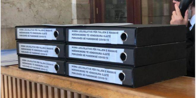 Partia Socialdemokratee dorëzon peticionin me nënshkrimet e qytetarëve për faljen e gjobave gjatë pandemisë