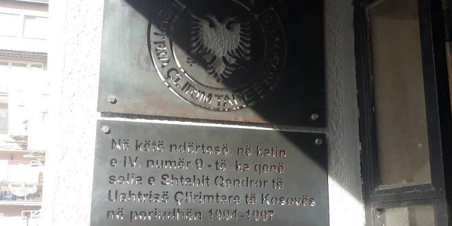 Vendoset pllakë në ndërtesën ku gjatë viteve 1994 - 1997 ka qenë selia e Shtabit Qendror të UÇK-së në Prishtinë