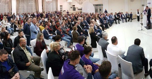 Mbi 80 anëtarë të rinj kanë aderuar në Nismën Socialdemokrate në Pejë gjatë paraqitjes se prioriteteve qeverisëse nga Limaj