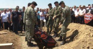 Mijëra qytetarë i kanë dhënë lamtumirën e fundit Muhamet Lladrovcit, babait të heroit të kombit, Fehmi Lladrovci