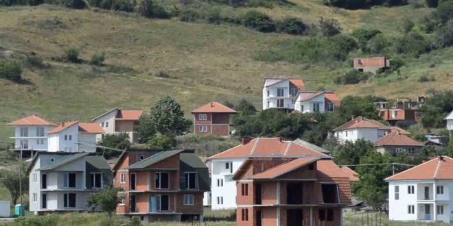 Lagjet shqiptare në veri të vendit po popullohen më serbë, por shqiptarët nuk po mund të marrin leje për ndërtim në pronat e tyre