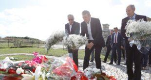 Kryekuvendari Vesli bëri homazhe te Varrezat e Dëshmorëve: Fehmi Lladrovci dhe Xhevë Krasniqi-Lladrovci
