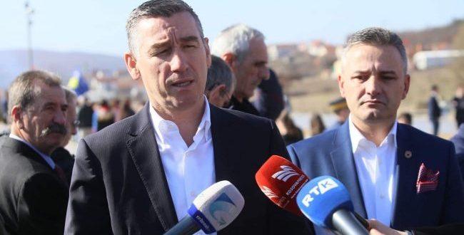 """Kryetari i Kuvendit, Kadri Veseli bën homazhe dhe vendos lule në Kompleksin Memorial """"Adem Jashari"""" në Prekaz"""