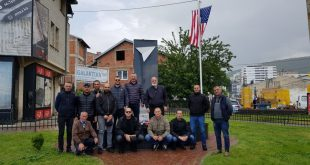 Veteranët e UÇK-së e rregullojnë obeliskun e dëmtuar të ushtarëve amerikanë ditë më parë në Prizren