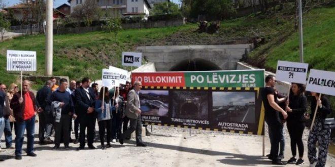 Aktivistë të Vetëvendosjes në Mitrovicë sot kanë ndërmarrë një aksion simbolik para tunelit në hyrje të këtij qyteti