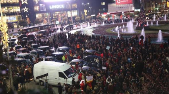 Studentët dhe opozita paralizojnë Shqipërinë me thirrje kundër Qeverisë dhe Edi Ramës